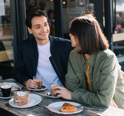 свидание, пара в кафе,